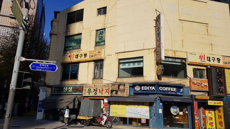 서울 종로구 서린동 무교동사거리에 위치한 D등급 건물 외관.