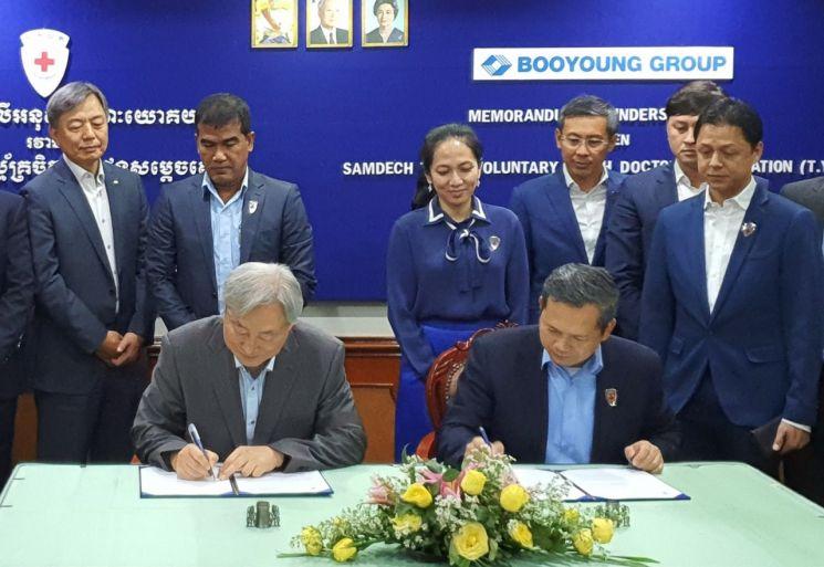 지난 3일 캄보디아 프놈펜의 한 호텔에서 부영그룹 이중근 회장을 대신해 신현석 고문(왼쪽)과 캄보디아 자원봉사 청년의사협회 훈 마넷 회장이 양해각서(MOU)를 체결하고 있다.