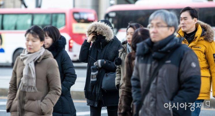 서울 아침 기온이 영하 10.5도까지 떨어지며 연일 강추위가 이어지고 있는 6일 서울 종로구 세종로 네거리에서 직장인들이 두꺼운 외투를 입고 출근길에 오르고 있다./강진형 기자aymsdream@