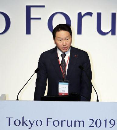 ▲최태원 SK그룹 회장이 6일 일본 도쿄데에서 열린 '도쿄포럼 2019'에서 개막연설을 하고 있다.