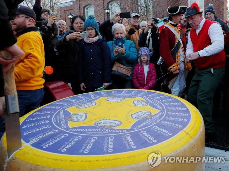 [포토] '치즈의 날' 기념…美 매사추세츠 453kg '크루콜로 치즈' 등장