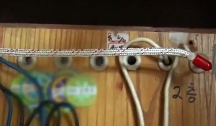 배전반에 설치돼 있는 와이어형 나노캡슐소화기. [사진=유튜브 화면캡처]