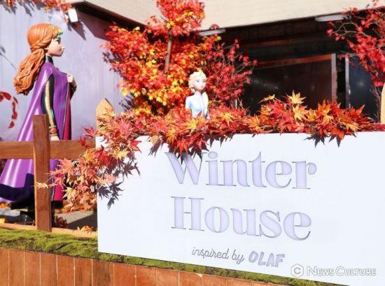 '겨울왕국2' 팝업스토어 삼청동 윈터하우스에 있는 안나와 엘사. 사진=김태윤 기자