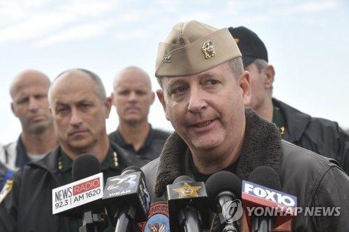미국 해군 항공 기지에서 발생한 총격 사건에 대해 브리핑하는 미 해군 관계자 [AP=연합뉴스]