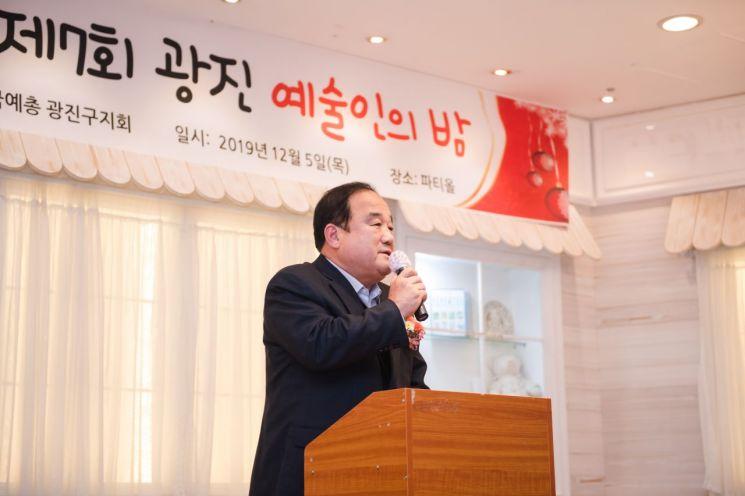 [포토]고양석 광진구의회 의장, 제7회 광진예술인 밤서 문화예술인 격려
