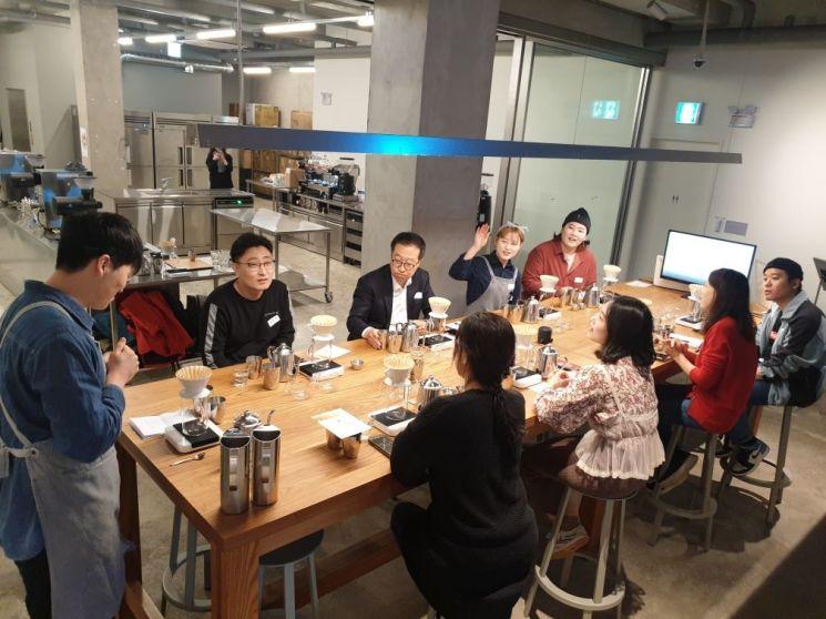 '성동구청과 함께하는 블루보틀 커피 클래스' 에 참여한 주민들이 전문 바리스타 교육을 받고 있다.