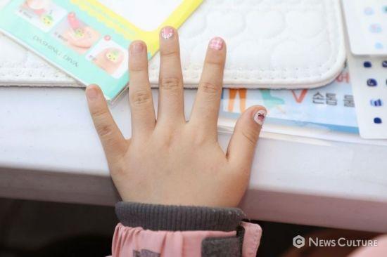 할머니 손톱이 반짝반짝…데싱디바 네일이 그린 '가장 빛나는 순간'
