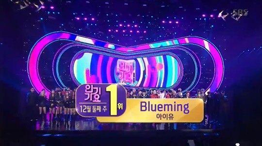 8일 SBS '인기가요'에서는 아이유가 12월 둘째주 1위 트로피를 차지했다. / 사진=SBS