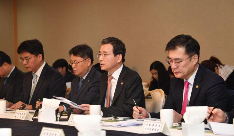김용범 기획재정부 1차관(가운데)이 9일 정부서울청사에서 '거시경제 금융회의'를 열고 모두발언을 하고 있다.