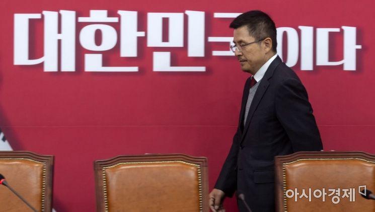 황교안 자유한국당 대표가 9일 국회에서 열린 최고위원회의에 참석하고 있다./윤동주 기자 doso7@