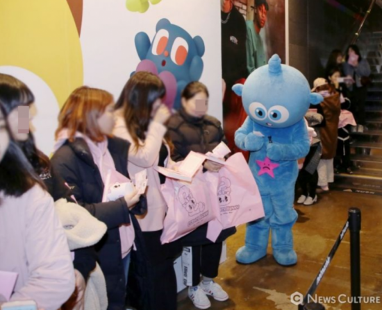 에스더 김 작가와의 만남을 기다리고 있는 팬들. 사진= 김태윤 기자