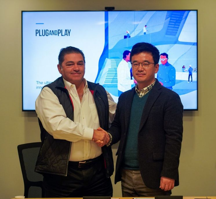 한화시스템은 6일(한국시간) 미국 '플러그 앤 플레이'와 전략적 파트너십을 체결했다. (사진 왼쪽)플러그 앤 플레이 사이드 아미디(Saeed Amidi) CEO와 (오른쪽) 한화시스템 정해진 디지털혁신랩장이 전략적 파트너십을 체결한 후 기념촬영을 하고 있다.