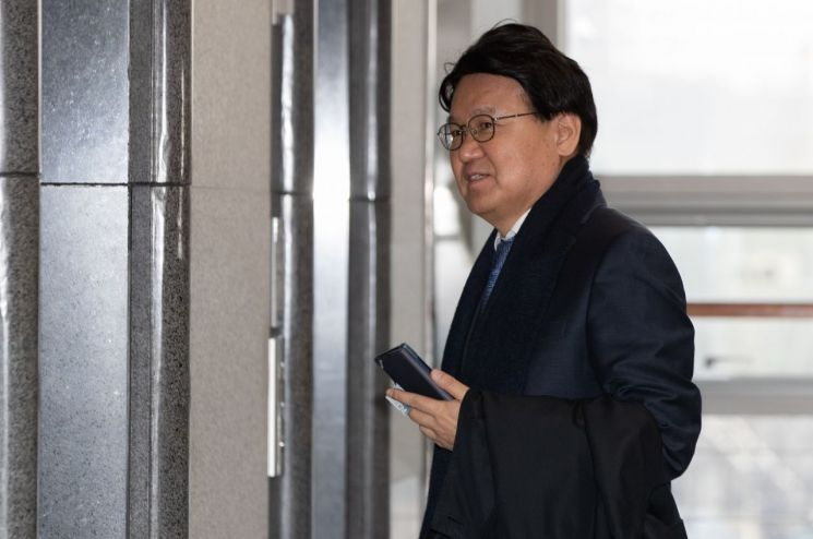 황운하 대전지방경찰청장이 9일 오전 대전청사에 출근하고 있다. [이미지출처=연합뉴스]