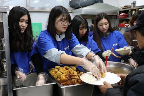 bhc치킨 '해바라기 봉사단', 노숙인 무료 급식 봉사로 추위 녹여