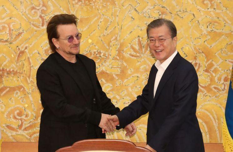 문재인 대통령이 9일 청와대에서 예방한 록밴드인 'U2'의 보컬이자 사회운동가 보노 접견에 앞서 인사하고 있다. [이미지출처=연합뉴스]