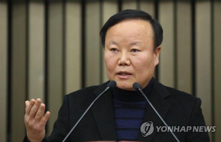 자유한국당 정책위의장에 선출된 김재원 의원이 공개 정견 발표 중에 과거 극단적 선택을 하려 했다는 말을 해 논란이 일고 있다./사진=연합뉴스