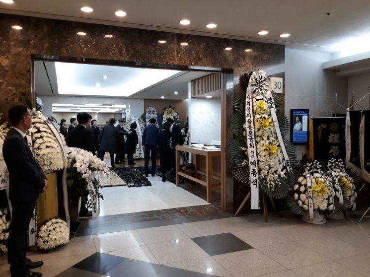 9일 서울 송파구 서울아산병원에 마련된 박용만 대한상공회의소 회장의 장모인 고(故)신정옥씨 빈소에는 정재계 인사들의 조문행렬이 이어졌다.