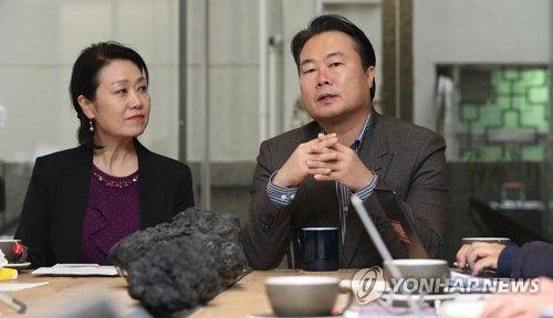 김인희 발레STP 협동조합 1대 이사장(왼쪽)과 김길용 2대 이사장  [사진= 연합뉴스 제공]