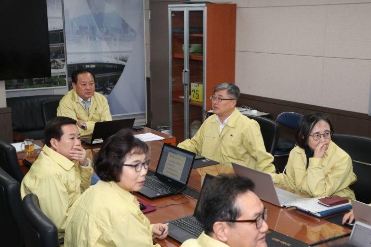 [포토]유동균 마포구청장, 시-자치구 미세먼지 재난안전 대책 회의 참석