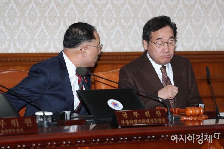 [포토]국무회의에 앞서 대화 나누는 이낙연·홍남기