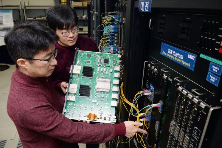 ETRI 연구진이 개발한 기술이 적용된 시스템 연구시제품을 점검하고 있다.