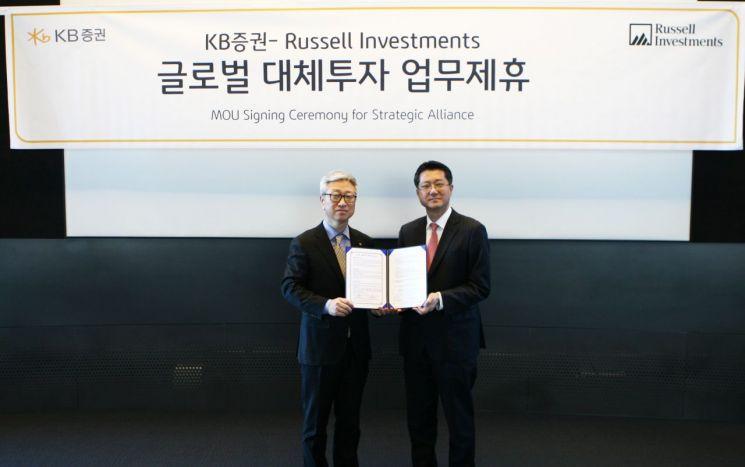 지난 9일 서울 여의도에서 KB증권이 글로벌 자산운용사 러셀 인베스트먼트와 MOU를 체결하면서 이형일 KB증권 전무(왼쪽)와 김유석 러셀 인베스트먼트 대표가 기념사진을 촬영하고 있다.