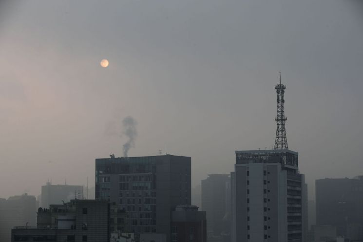 올겨울 첫 미세먼지 비상저감조치가 내려진 10일 오전 서울 시내 일대가 먼지로 뿌옇게 뒤덮여있다. 사진=연합뉴스