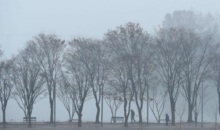 수도권을 중심으로 미세먼지 농도가 '나쁨' 수준으로 예보된 10일 오전 강원 춘천시 공지천에 미세먼지 섞인 안개가 자욱이 깔려 있다. 사진=연합뉴스