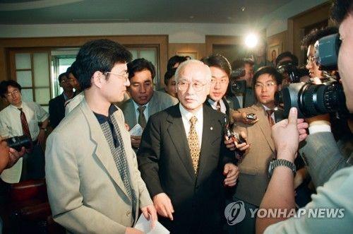 김우중 전 대우그룹 회장이 9일 수원 아주대병원에서 숙환으로 별세했다. 사진은 1998년 6월 11일 전경련회관에서 취재진 질문을 받는 당시 김우중 전경련 차기 회장 모습. [이미지출처=연합뉴스]