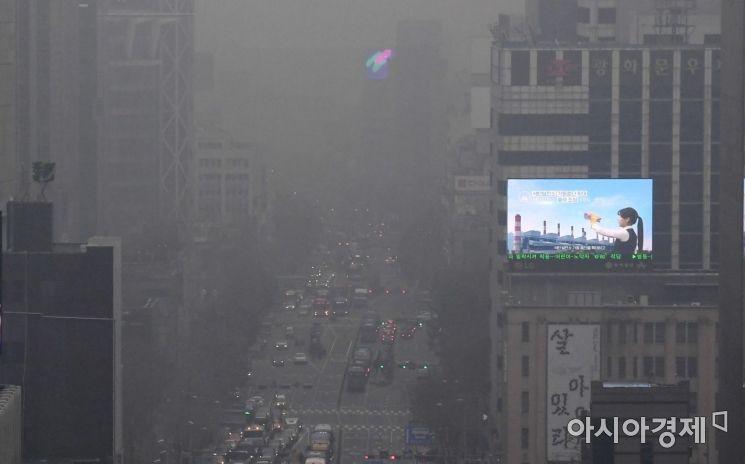 초미세먼지 농도가 나쁨 수준을 보인 10일 서울 도심 일대가 미세먼지와 안개로 뿌옇게 보이고 있다./김현민 기자 kimhyun81@