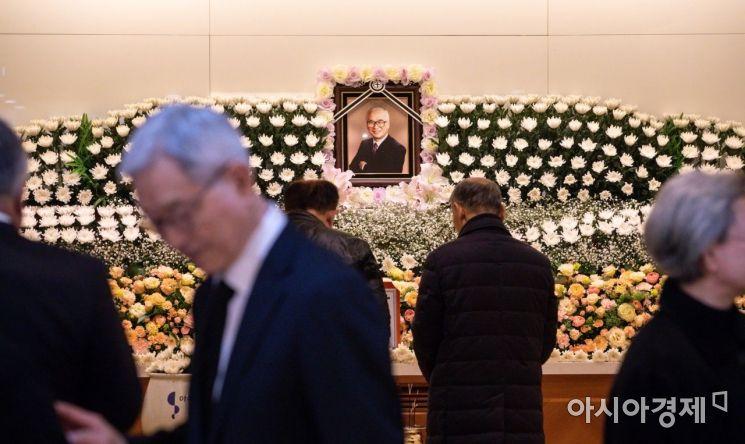 10일 아주대학교병원 장례식장에 마련된 故 김우중 전 대우그룹 회장의 빈소를 찾은 조문객들이 조문을 하고 있다. 故 김우중 전 대우그룹 회장은 지난 9일 오후 11시50분 숙환으로 별세했다./수원=강진형 기자aymsdream@