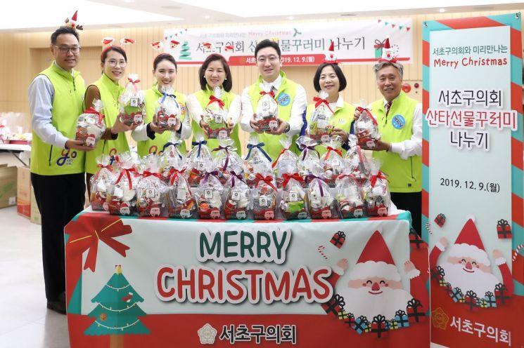 [포토]서초구의회 의원들 산타 돼 아이들에게 사랑 전달