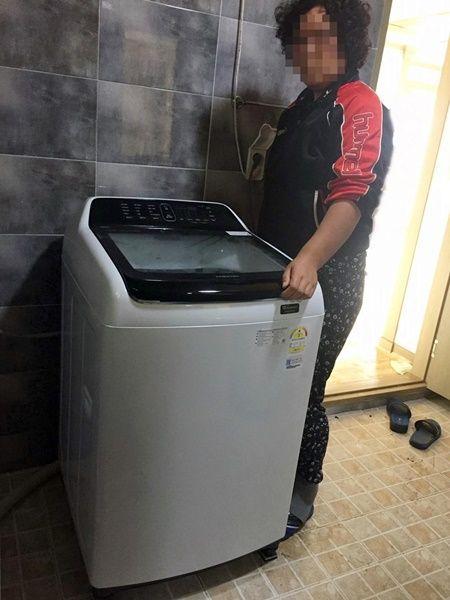 지난 9일 지역에 거주하는 장애아동 가정에 공동모금회 지정기탁금 70여만 원으로 세탁기를 전달했다. (사진제공=장흥군)