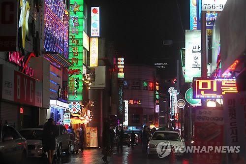 자료사진. 유흥주점이 밀집한 한 거리.사진은 기사 중 특정표현과 무관함. [이미지출처=연합뉴스]