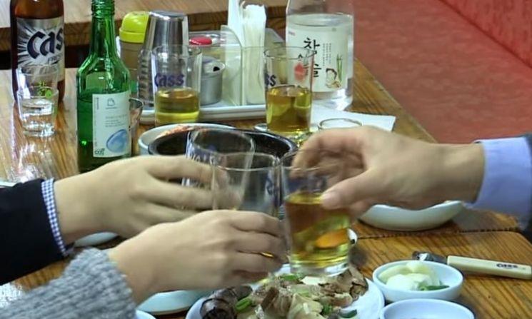연말 술자리에서 건강도 지키고, 살도 찌지 않기 위해서는 어떻게 해야 할까요? [사진=유튜브 화면캡처]