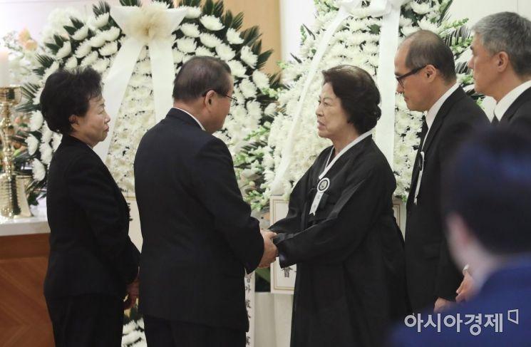 [포토]유가족 위로하는 이종찬 전 국정원장