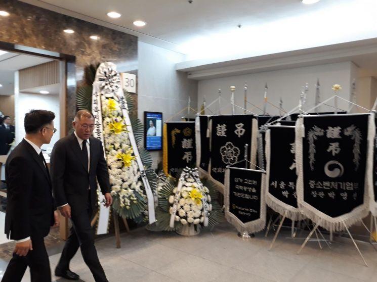 정의선 현대차그룹 수석부회장이 10일 오후 서울 송파구 아산병원 장례식장에 마련된 박용만 대한상의 회장 장모상 빈소를 찾아 조문을 마치고 나오고 있다.
