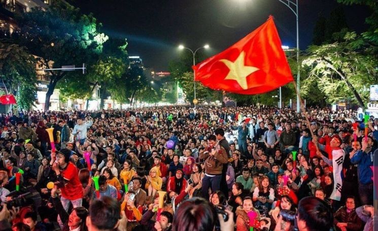 베트남 시민들이 인도네시아와의 결승전을 관람하며 응원을 펼치고 있다. <사진: 조아라 객원기자>
