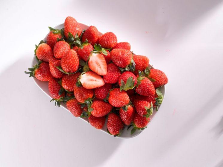 """제철에 가격까지 저렴…유통가 """"딸기가 좋아"""""""