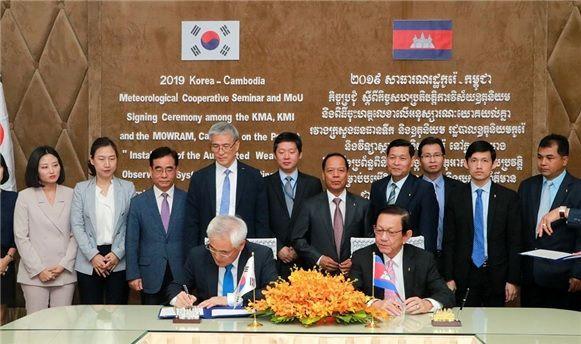 김종석 기상청장(왼쪽)과 림켄호르 수자원기상부 장관이 지난 9일 캄보디아 프놈펜에서 업무협약서에 서명하고 있다. (제공=기상청)