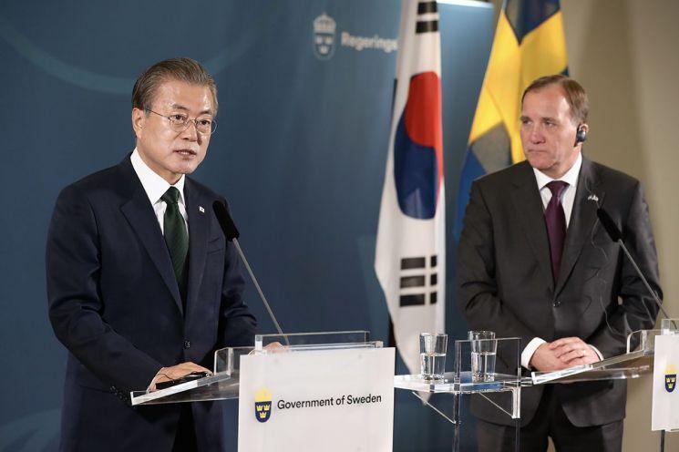 문재인 대통령과 스테판 뢰벤 스웨덴 총리가 지난 6월 15일(현지 시간) 스웨덴  쌀트쉐바덴 그랜드 호텔에서 정상회담을 한 뒤 공동기자회견을 하고 있다.  사진=청와대