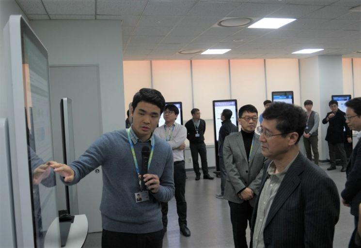이윤태 삼성전기 사장(오른쪽)이 11일 수원사업장에서 열린 'AI-DAY'에서 설명을 듣고 있다.