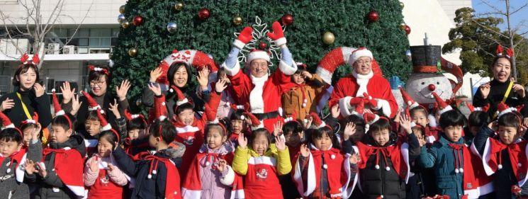 광주시, 시청 광장서 크리스마스트리 설치 기념식 개최