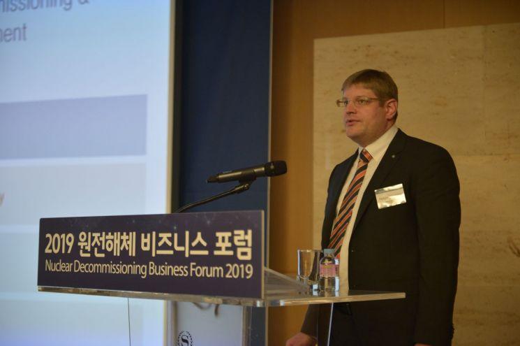 헬게 크노베 TUV SUD 코리아 본부장이 12일 오전 쉐라톤 서울 팔래스 강남 호텔에서 열린 '2019 원전해체 비즈니스 포럼'에서 주제발표를 하고 있다.