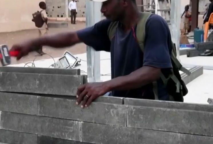 버려진 플라스틱으로 만든 플라스틱 벽돌로 학교를 짓고 있는 모습. [사진=유튜브 화면캡처]