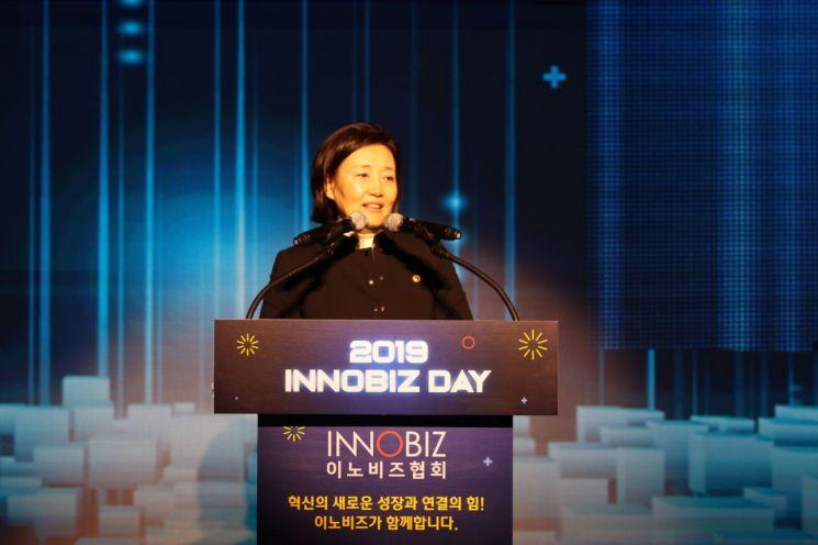 박영선 중소벤처기업부 장관이 12일 서울 강남구 임피리얼팰리스호텔에서 열린 '이노비즈데이'에서 축사를 하고 있다.