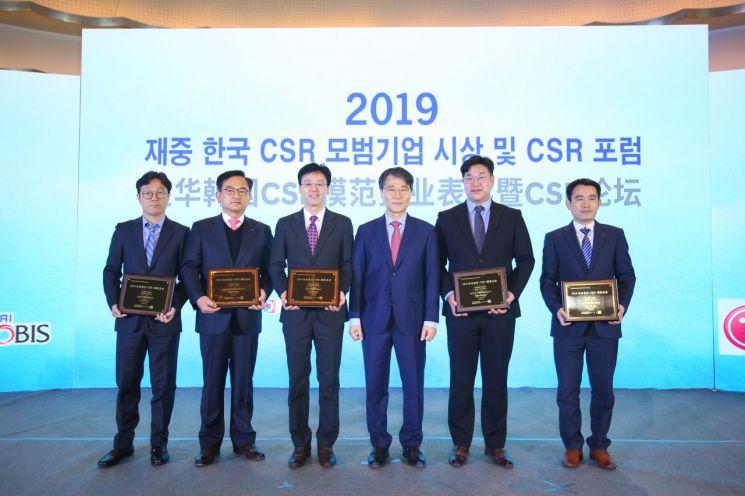장하성 주중 대사는 12일 베이징 힐튼호텔에서 '2019 기업사회책임(CSR) 대회'를 열고 중국에서 사회공헌 활동을 활발히 한 기업들을 시상했다. 중국사회과학원 CSR연구센터가 매년 발표하는 '기업사회책임 발전지수 평가'에서 삼성, 현대차, LG, 포스코 등 한국 기업들이 100대 외자기업 순위에서 '톱5' 안에 드는 성적을 거뒀다.