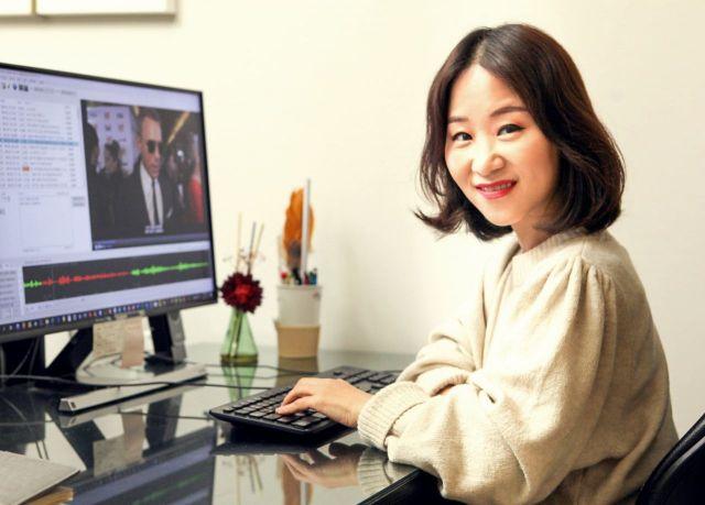 영상번역 전문가인 박나연 누벨콘텐츠 미디어 대표가 자막 번역 과정을 시연하고 있다.
