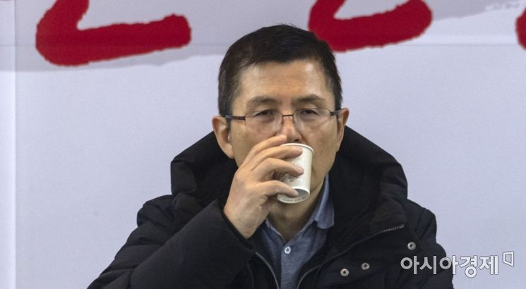 [포토] 물 마시는 황교안 대표