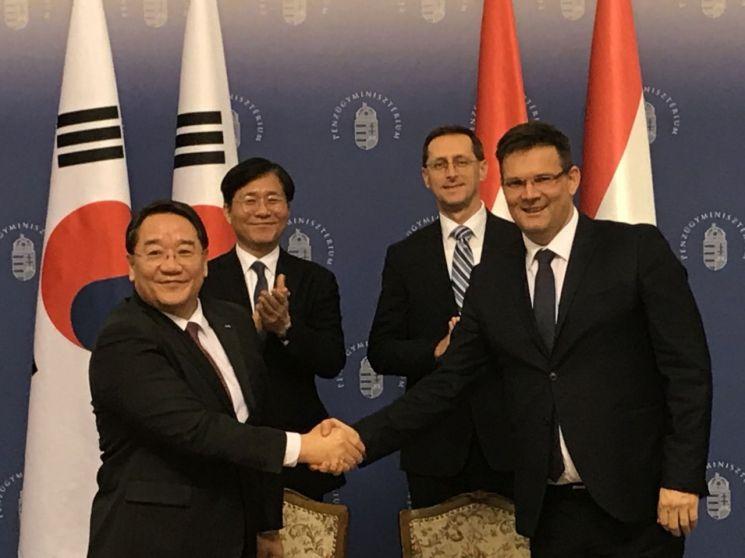 석영철 KIAT 원장(앞줄 왼쪽)과 헝가리 졸탄 버크너 NRDI 원장이 기술협력 분야 확대를 위한 업무협약 양해각서를 체결한 뒤 기념촬영을 하고 있다.